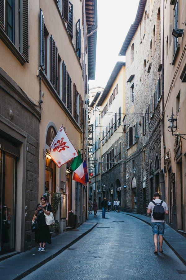 Folk som går ner gatan av Florence, Tuscany, Italien arkivfoto