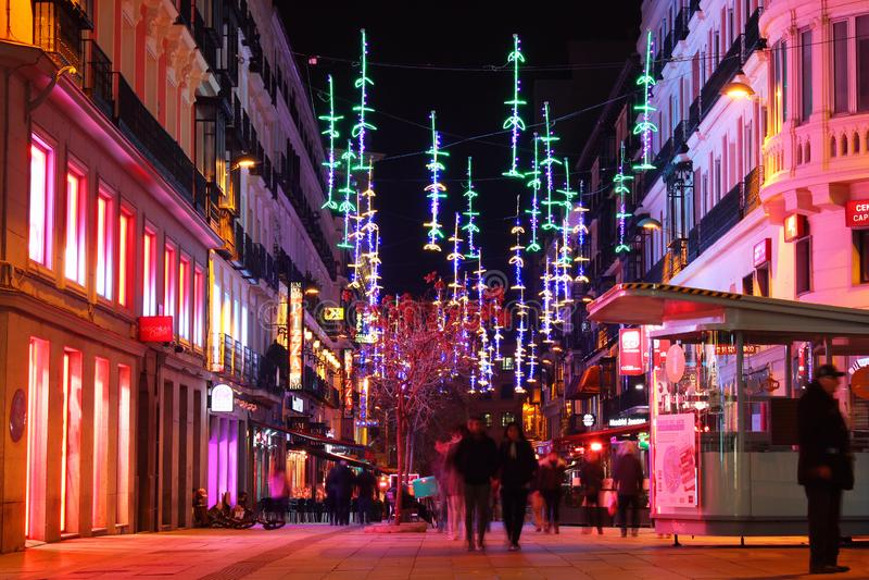 Folk som går ner gatorna i natten Madrid, Spanien arkivbilder