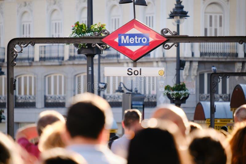 Folk som går och pendlar nära tunnelbanastation av solenoid i Madrid Spanien royaltyfria foton