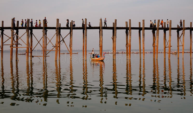 Folk som går på bron i Mandalay, Myanmar royaltyfri bild