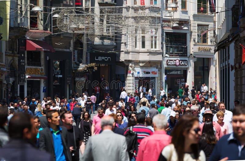 Folk som går på den Istiklal gatan royaltyfria bilder