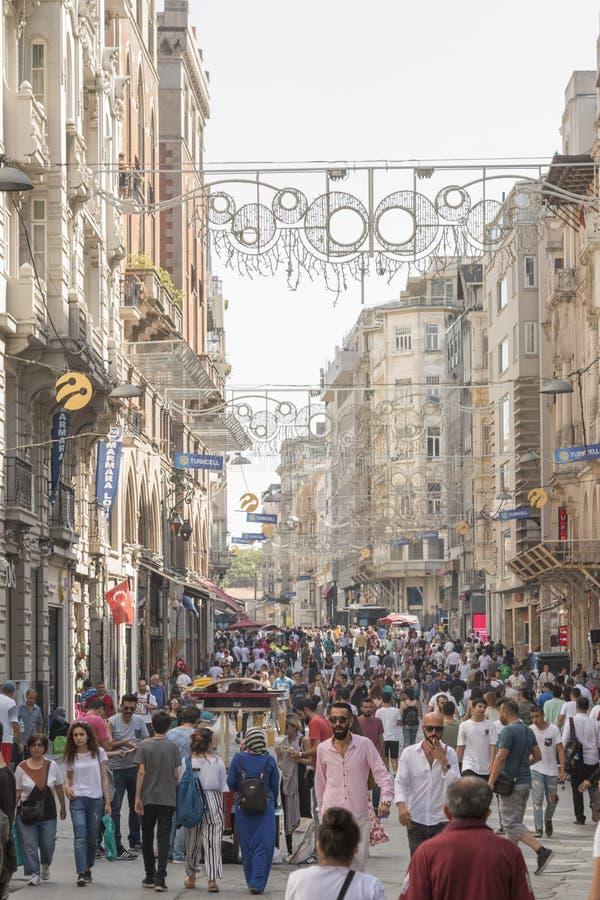 Folk som går på den Istiklal gatan i Istanbul arkivbild