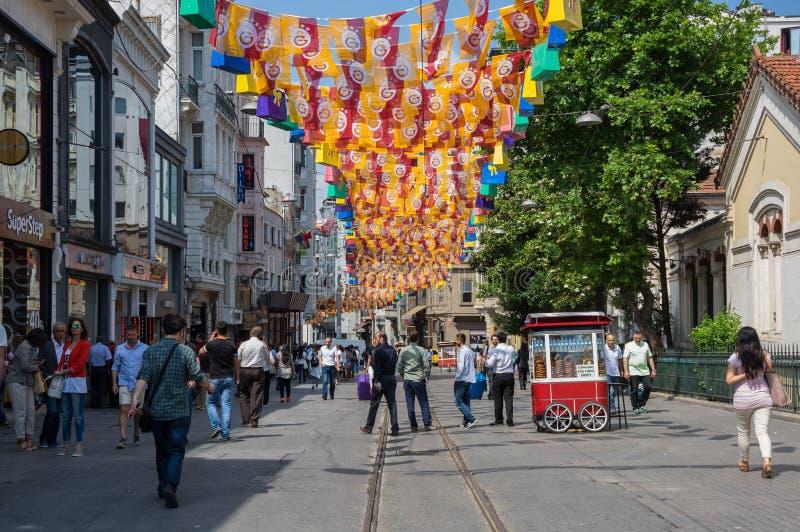 Folk som går på den Istiklal gatan i Istanbul royaltyfria bilder