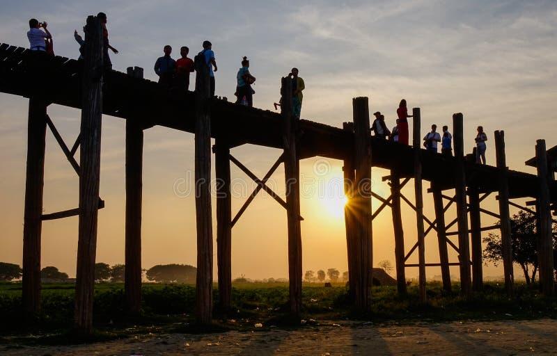 Folk som går på den Ubein bron fotografering för bildbyråer