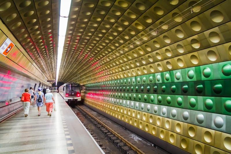 Folk som går på den underjordiska gångtunnelen i Prague royaltyfri bild