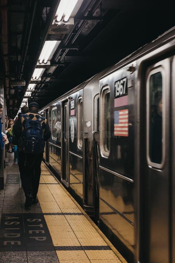 Folk som går på en plattform för gångtunnelstation i New York, USA, tr royaltyfri foto