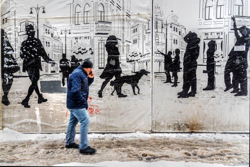 Folk som går på en snöig dag på den populära Istiklal gatan av Beyoglu arkivbild