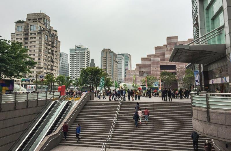 Folk som går på fyrkanten i Taipei, Taiwan arkivbild