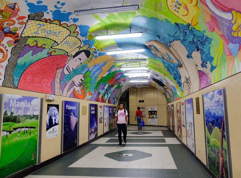 Folk som går på gångtunnelstationen på det Makati området i Manila, Filippinerna arkivbild