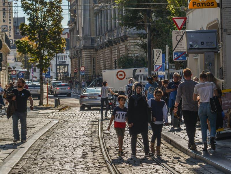 Folk som går på gatan i herre, Belgien royaltyfria foton