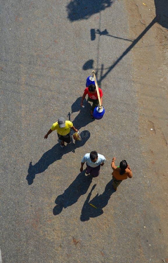Folk som går på gatan i Yangon, Myanmar royaltyfri foto