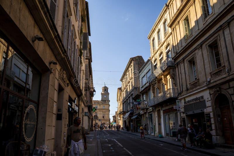 folk som går på gatan med härlig gammal arkitektur Avignon Frankrike royaltyfri bild