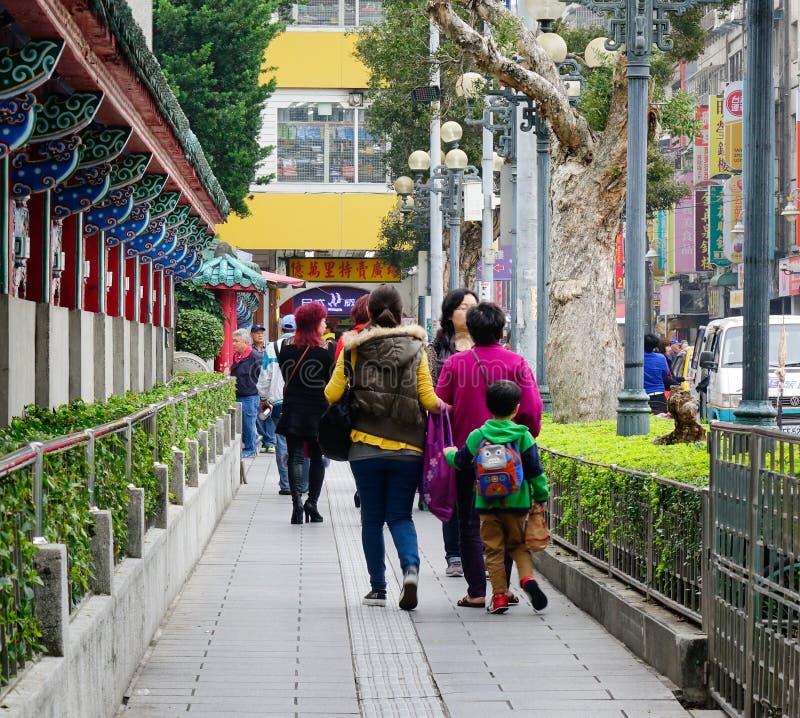 Folk som går på gatan nära den Zhongshan templet i Taipei, Taiwan arkivfoton