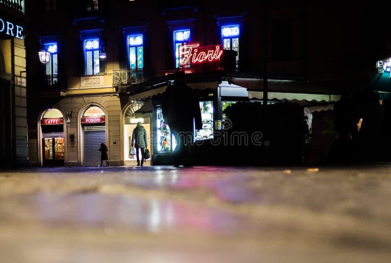 Folk som går på gatan på natten i Turin Italien royaltyfri bild
