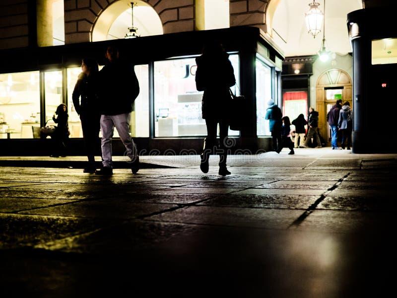 Folk som går på gatan på natten i Turin Italien arkivfoton