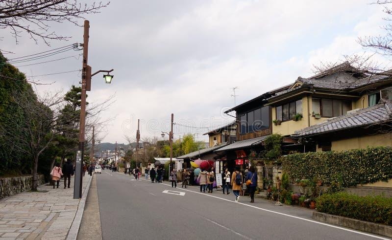 Folk som går på gatan på det Arashiyama området i Kyoto, Japan arkivfoto