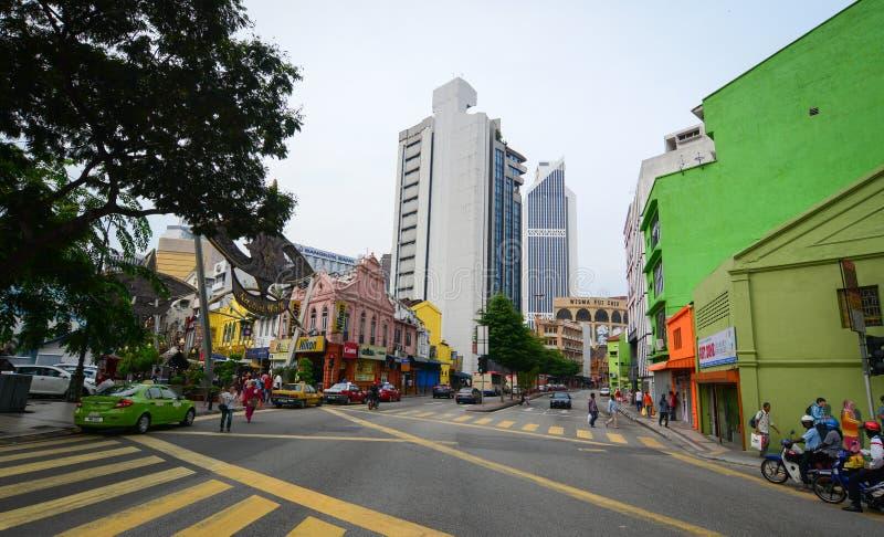 Folk som går på gatan på kineskvarteret i Penang, Malaysia royaltyfri fotografi