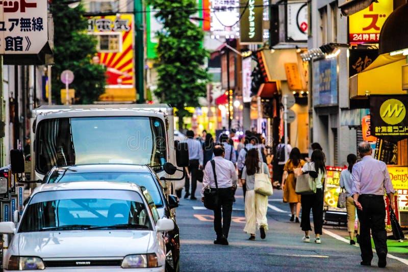 Folk som går på gatorna av Tokyo royaltyfri foto