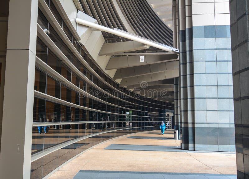 Folk som går på korridoren av regerings- byggnad i Kuala Lumpur, Malaysia arkivbilder