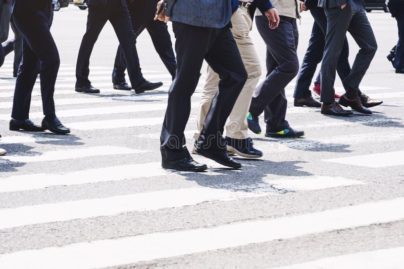 Folk som går på livsstil för stad för gataaffärsman fotografering för bildbyråer