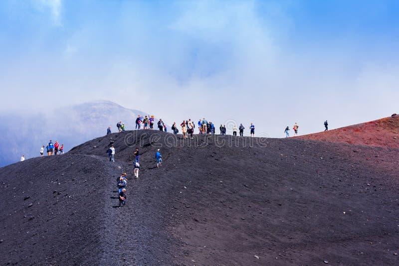 Folk som går på Mount Etna, aktiv vulkan på ostkusten av Sicilien, Italien arkivbild