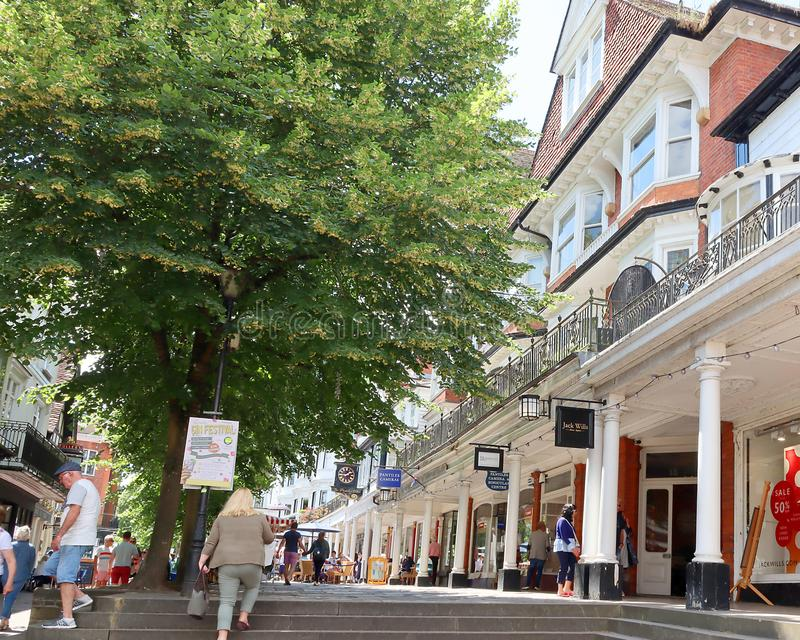 Folk som går på pantilesna i Tunbridge brunnar royaltyfri fotografi