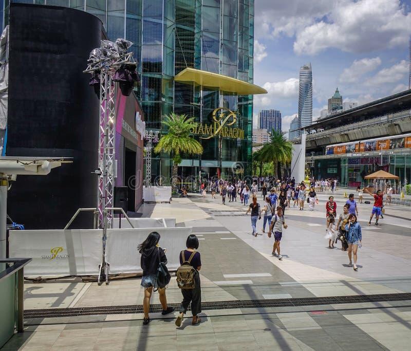 Folk som går på Siam Square i Bangkok arkivbild