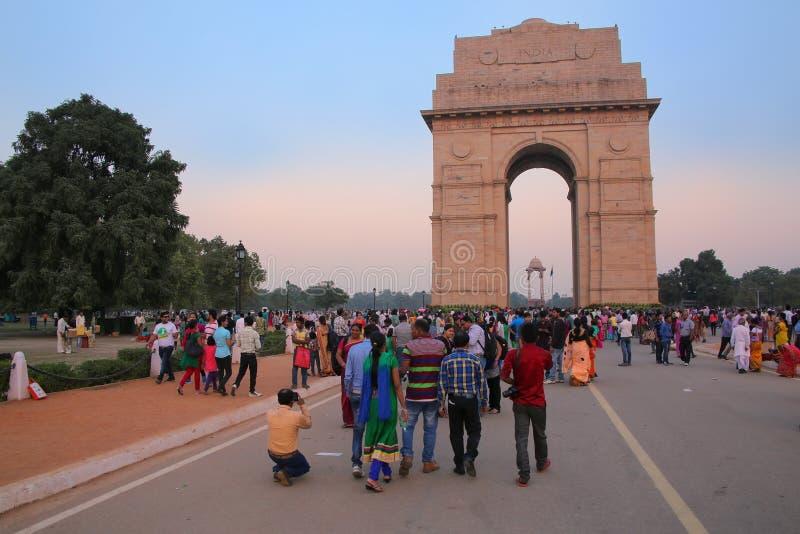 Folk som går runt om den Indien porten i New Delhi royaltyfria bilder