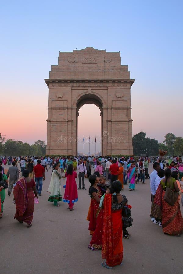 Folk som går runt om den Indien porten i New Delhi royaltyfri bild