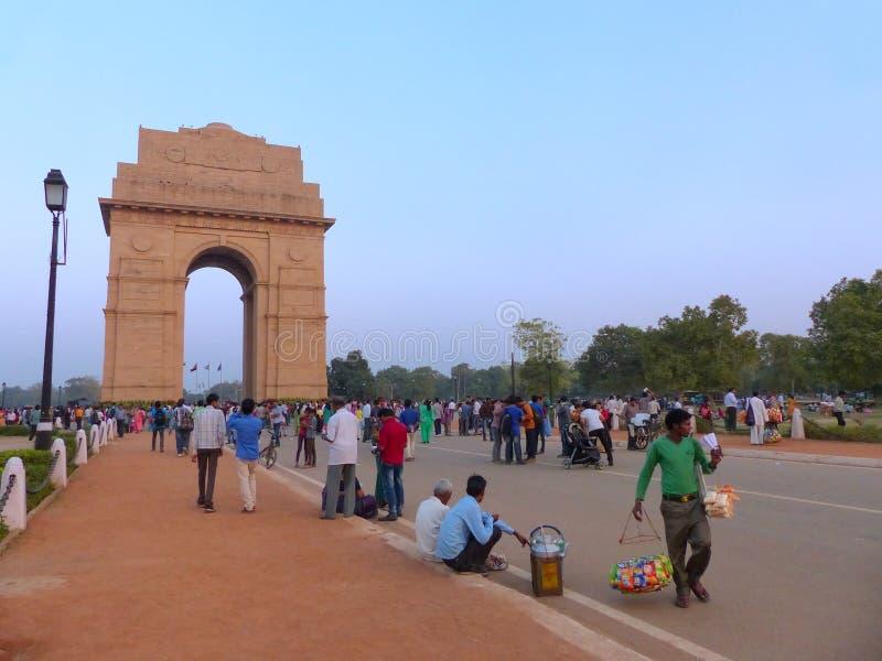 Folk som går runt om den Indien porten i New Delhi arkivbild