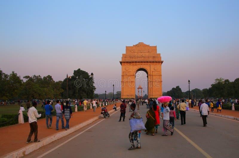Folk som går runt om den Indien porten i New Delhi royaltyfri foto