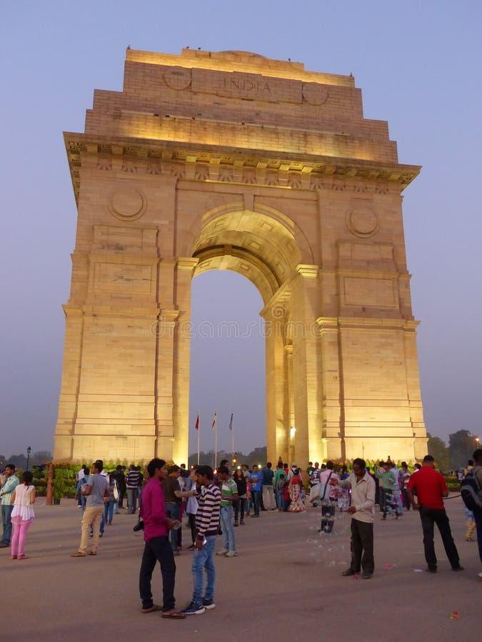 Folk som går runt om den Indien porten på natten, New Delhi royaltyfri fotografi