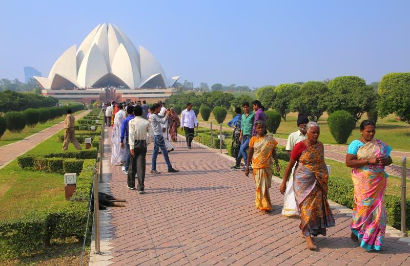 Folk som går till och från den Lotus templet i New Delhi, Indien arkivbilder