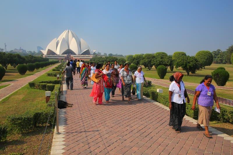 Folk som går till och från den Lotus templet i New Delhi, Indien royaltyfria foton