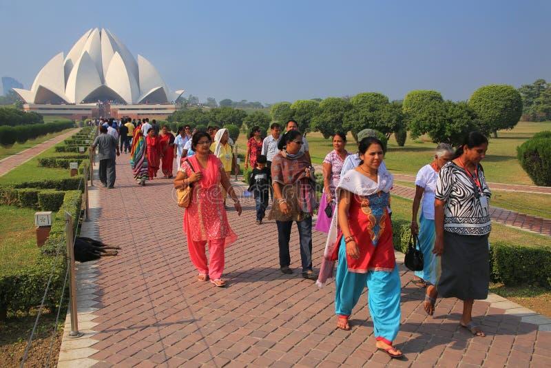 Folk som går till och från den Lotus templet i New Delhi, Indien royaltyfri bild