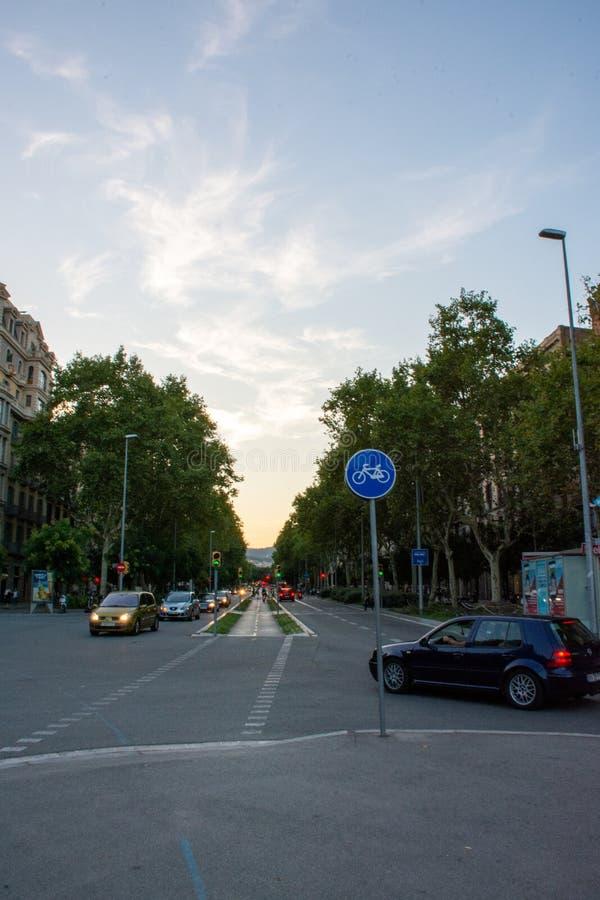 Folk som går till och med en gata av Barcelona arkivfoto