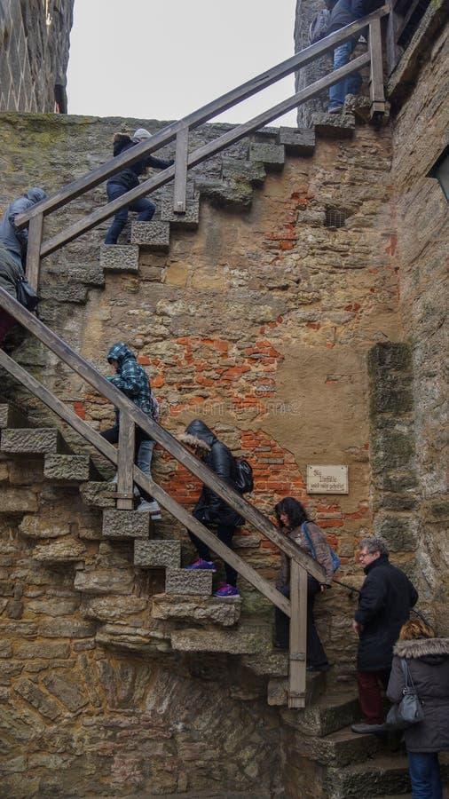 Folk som går upp trappa till stadväggen royaltyfria bilder