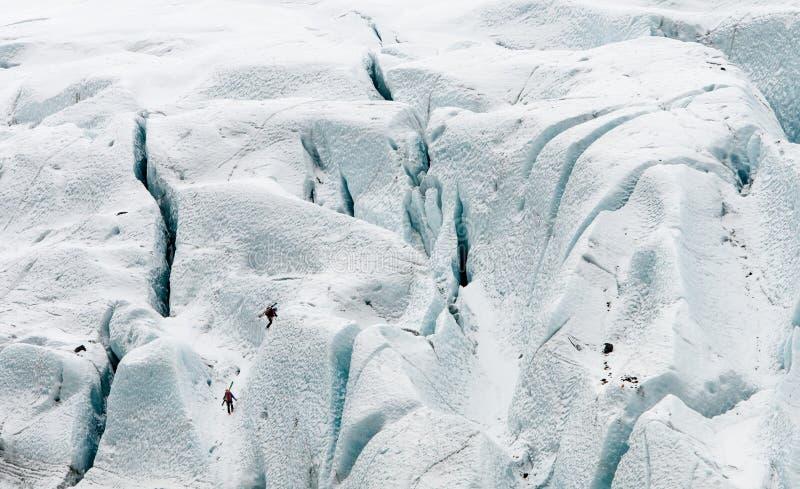 Folk som gör isklättring på en djupfryst glaciär royaltyfri fotografi