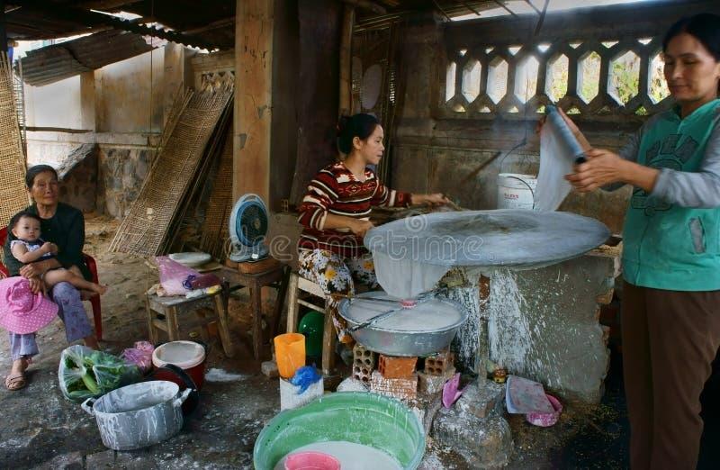 Folk som gör traditionell vietnamesisk mat arkivbilder