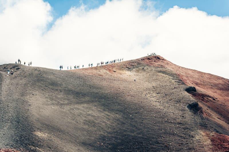 Folk som g?r p? Mount Etna, aktiv vulkan p? ostkusten av Sicilien, Italien arkivbild