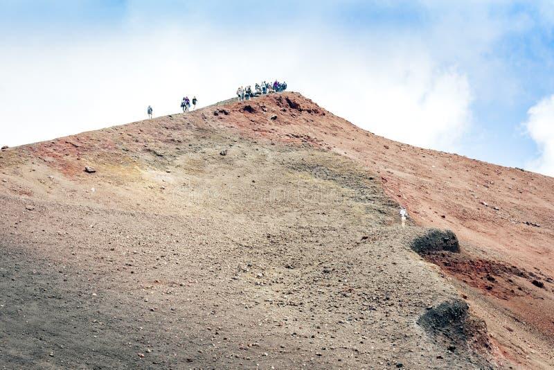 Folk som g?r p? Mount Etna, aktiv vulkan p? ostkusten av Sicilien, Italien royaltyfri fotografi