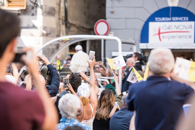 Folk som hälsar påven Francis arkivfoton