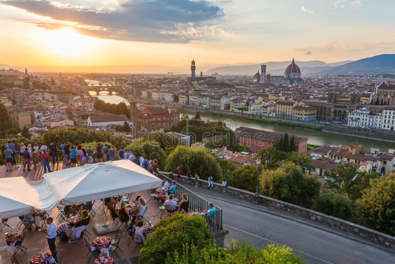 Folk som håller ögonen på Florence panoramasolnedgång från Piazzale Michelangelo italy tuscany royaltyfri foto