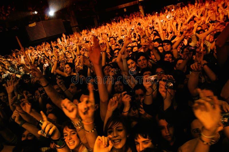Folk som håller ögonen på konserten av uppenbarelsen för svart ask (musikbandet) royaltyfria bilder
