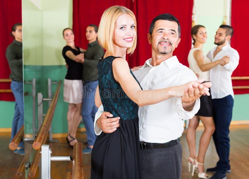 Folk som har dansgrupp arkivbilder