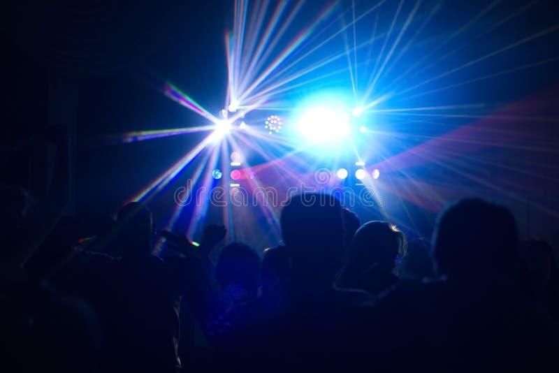 Folk som har gyckel i ett disko Blur verkställer arkivbilder
