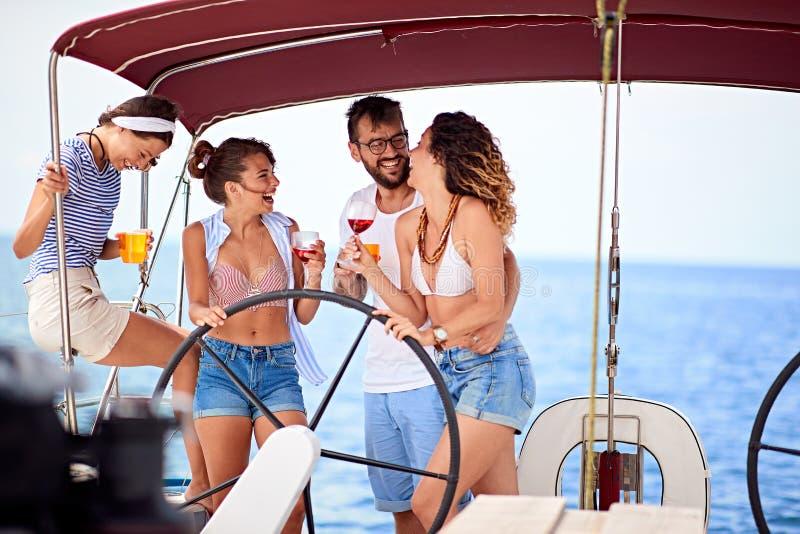 Folk som har gyckel som tillsammans dricker och skrattar - ungdomlivsstil och semesterbegrepp fotografering för bildbyråer