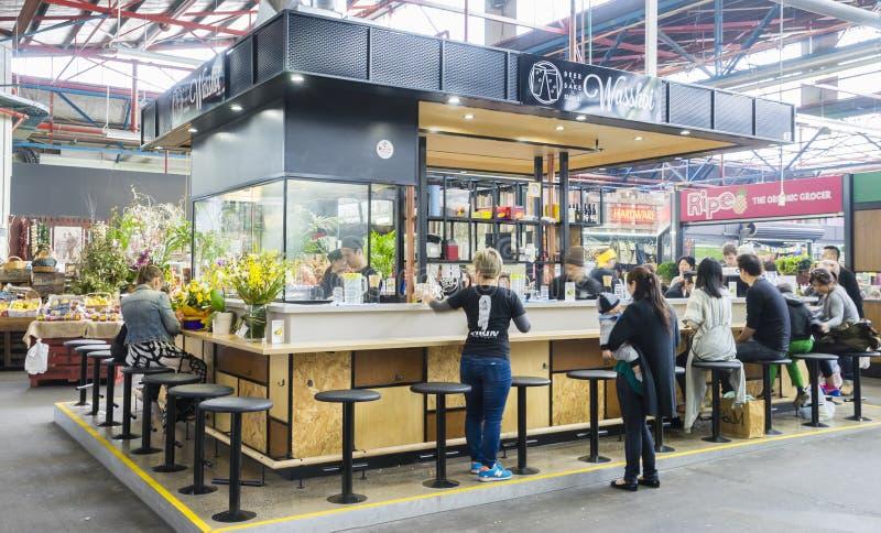 Folk som har mål i japansk stång med öppet kök i Melbourne royaltyfria bilder