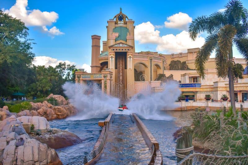 Folk som har roliga resor till den Atlantis vattendragningen på Seaworld fotografering för bildbyråer