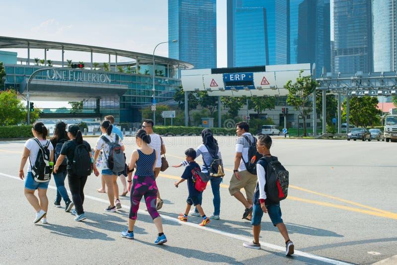 folk som i city korsar vägen Singapore fotografering för bildbyråer